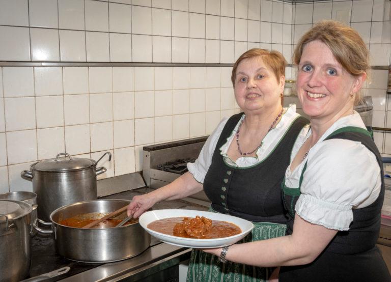 Gulaschwirtinnen beim Kochen des Gulasch